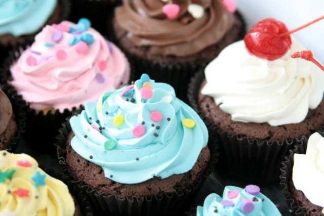 Cupcakes coloridos em candy colors (azul bebê e rosa). Fornecedor: Nena Chocolates.