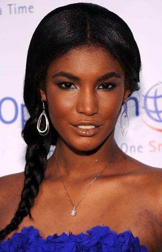 Penteado para noiva negra: trança lateral. Na foto, a modelo Sessile Lopez.