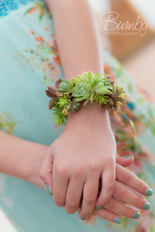 Pulseira para daminha e honra feita de suculentas. Foto: Bumby.