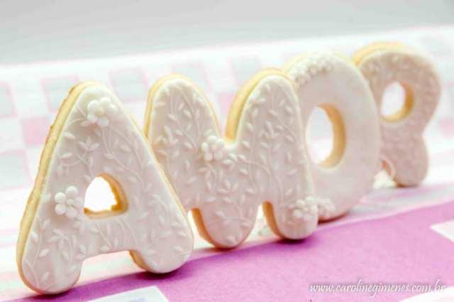 Biscoitos decorados em formato de letras da palavra Amor para casamentos. Foto: Sweet Box.