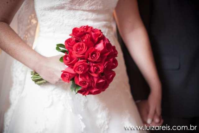 Buquê de rosas vermelhas de noiva em casamento. Foto: Luiza Reis Fotografia.