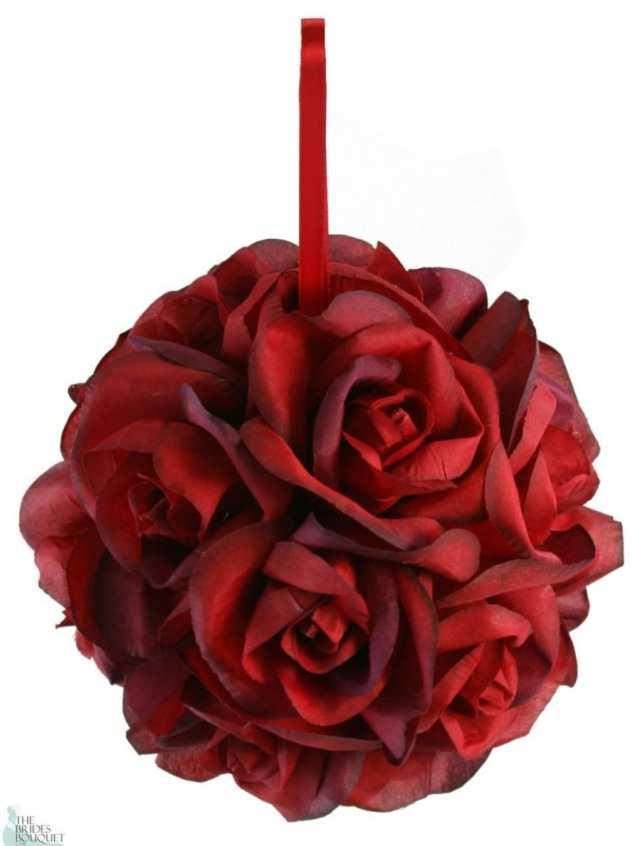 Buquê de noiva em formato bolinha em rosas vermelhas. Foto: The Brides Bouquet.