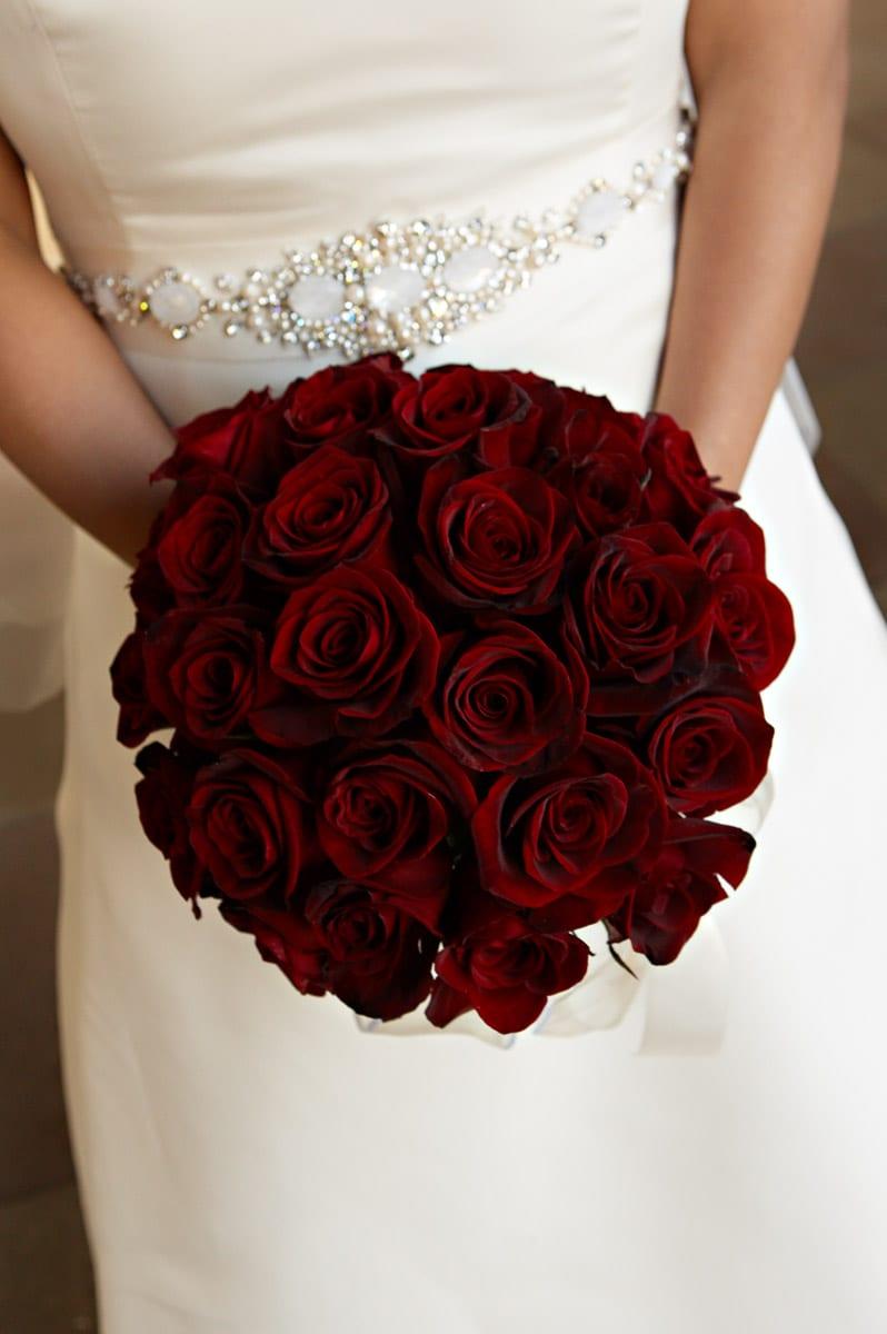 Buquê de casamento de rosas vermelhas escuras ou vinho. Foto: Lara White.