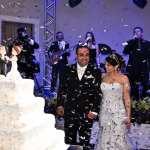 Festa de casamento no buffet Palazzo Oliva: chuva de prata nos noivos e no bolo de casamento.