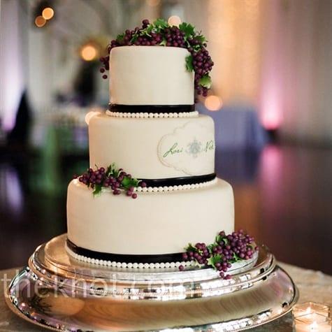 Bolo de casamento decorado com uvas e folhas de parreira em pasta americana. Foto: Jen Fariello.