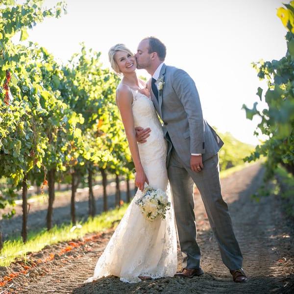 Casamento na vinícola: noivos nos vinhedos. Foto: Evan Chung Photography.