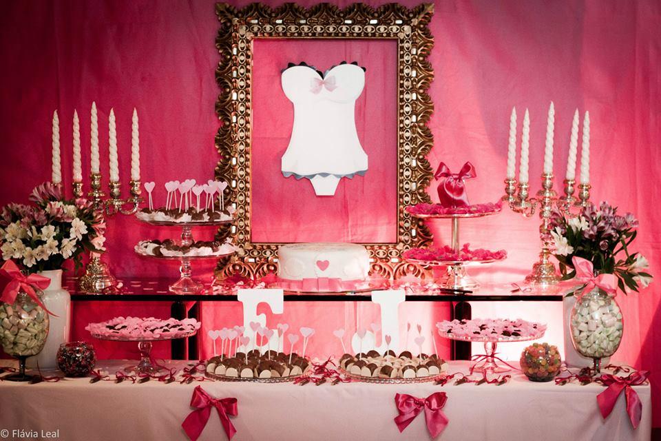 Chá de lingerie: mesa de doces decorada em pink preto e dourado, de bom gosto. Foto: Flávia Leal.