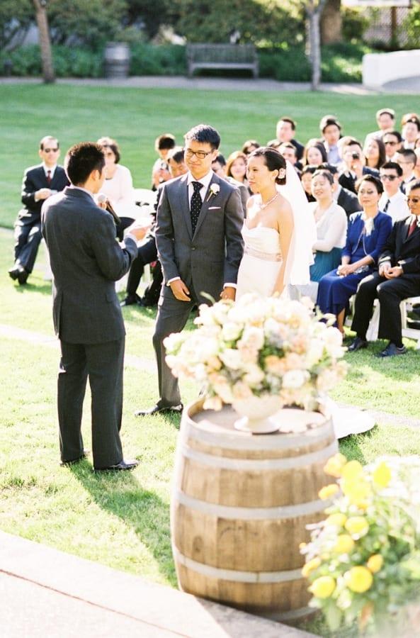 Decoração de casamento na vinícola: barril de vinho na cerimônia. Foto: Jen Huang.