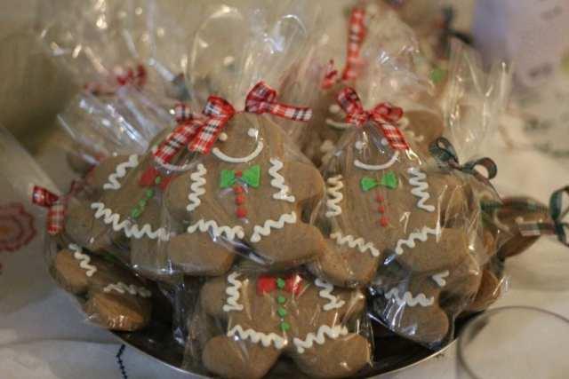 Lembracinha de casamento natalino: biscoitos decorados de bonecos gingerbread, da Nena Chocolates.