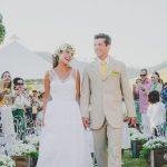 Casamento no campo: saída dos noivos com bolinhas de sabão. Foto: Clique Pausa.