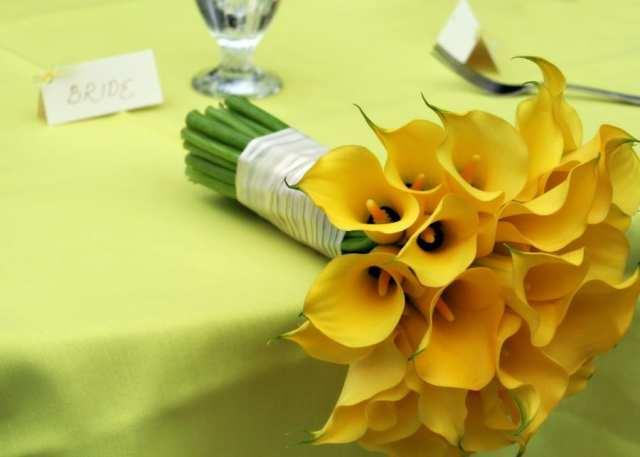 Buquê de noiva de callas ou lírios amarelos. Foto: Brittany Flowers.