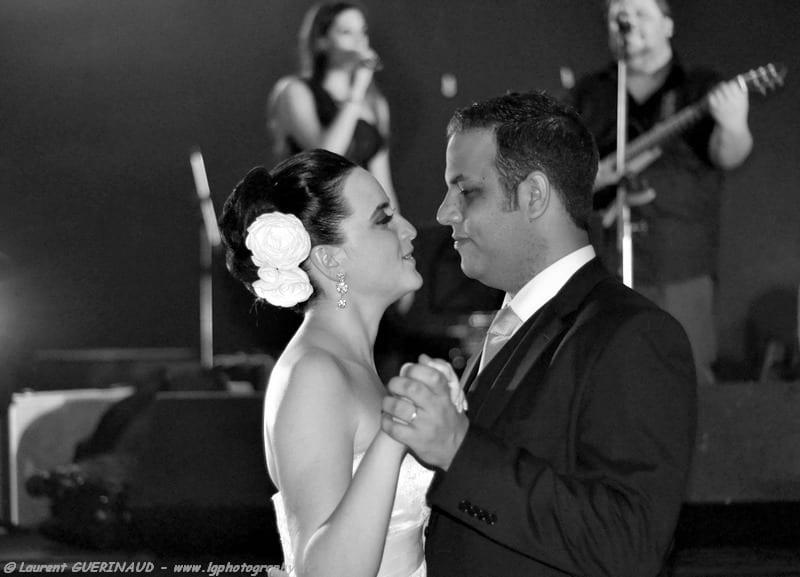 Banda para casamento: banda Armagedom toca para primeira dança dos noivos. Foto: Laurent Guerinaud.