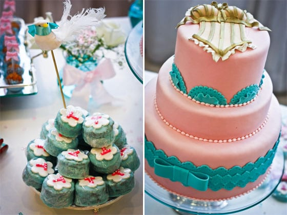Mesa de doces de chá de lingerie em tons pastel, rosa e verde água. Foto: Raine Camargo.