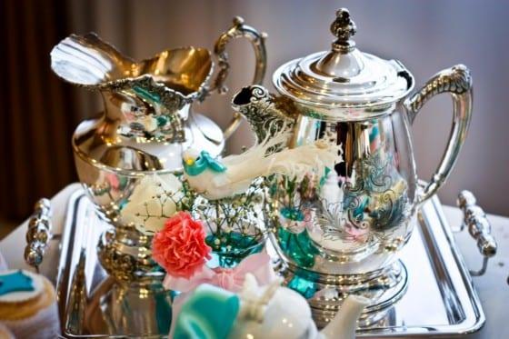 Decoração de chá de lingerie com aparelho de chá em prataria, estilo romântico bourdoir. Foto: Raine Camargo.