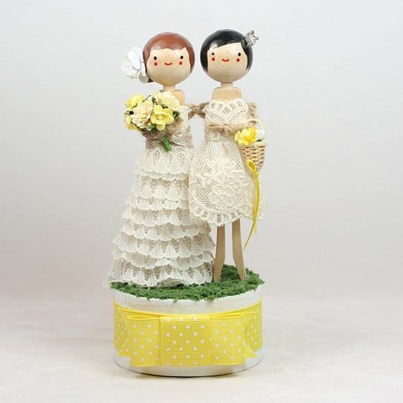 Noivinhos de topo de bolo para casamento gay em madeira com duas noivas.
