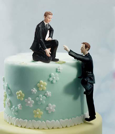 Topo de bolo para casamento gay com dois noivos em porcelana.