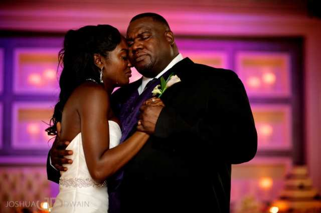 Noiva dançando com o pai e chorando. Foto: Joshua Dwain.