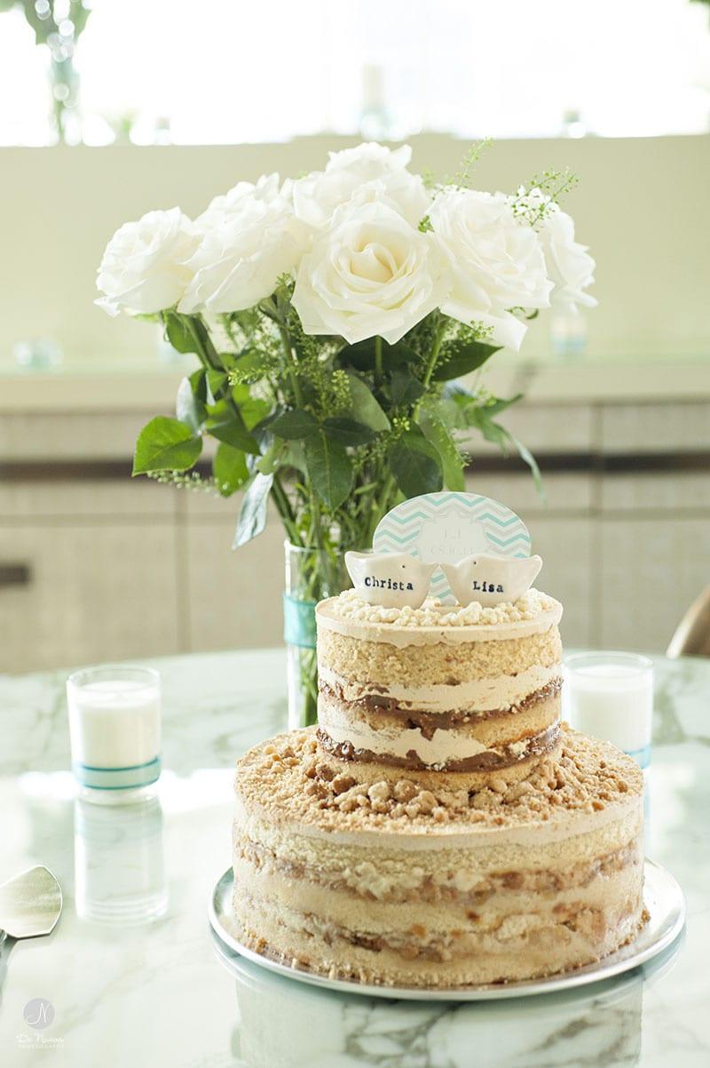 Bolo de casamento naked cake recheio de doce de leite, decorado em creme e azul bebê, com noivinhos de passarinhos. Foto: De Nueva Photo.