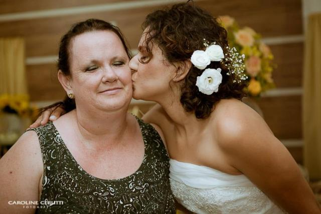 Noiva e sua mãe no casamento no campo de Greice e Everton. Foto: Caroline Cerutti.