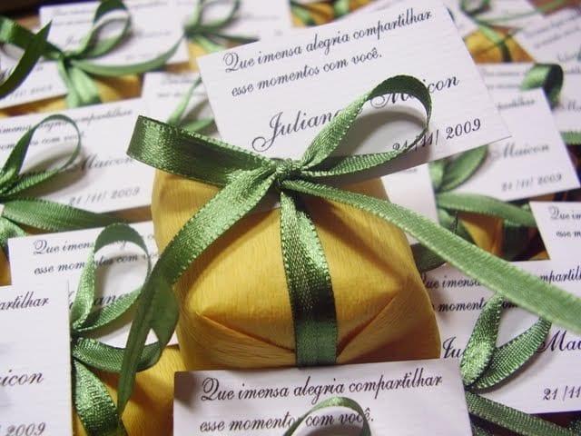 Bem casado verde e amarelo para casamento em Copa do Mundo. Foto: Claudia Oliveira Bem Casados.