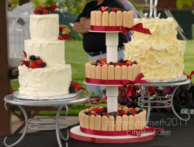 Bolo de casamento charlotte (cercado de biscoitos champanhe). Foto: Bite The Cake.