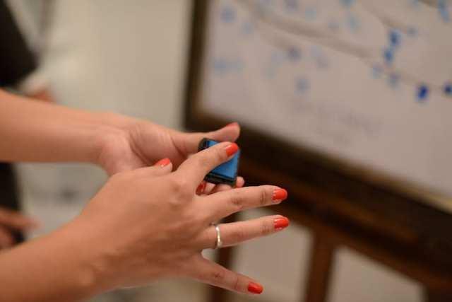 Carimbeira com carimbo individual azul para árvore de digitais em casamento. Foto: Sra. Love.