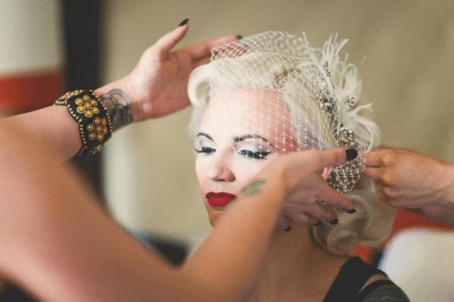 Maquiagem para noivas: estilo retrô pinup (delineador marcado e batom vermelho). Foto: Let's Frolic Together.