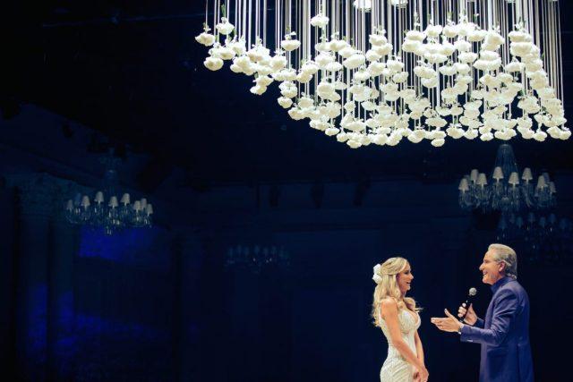 Roberto Justus cantando para noiva Ana Paula Siebert em seu casamento.