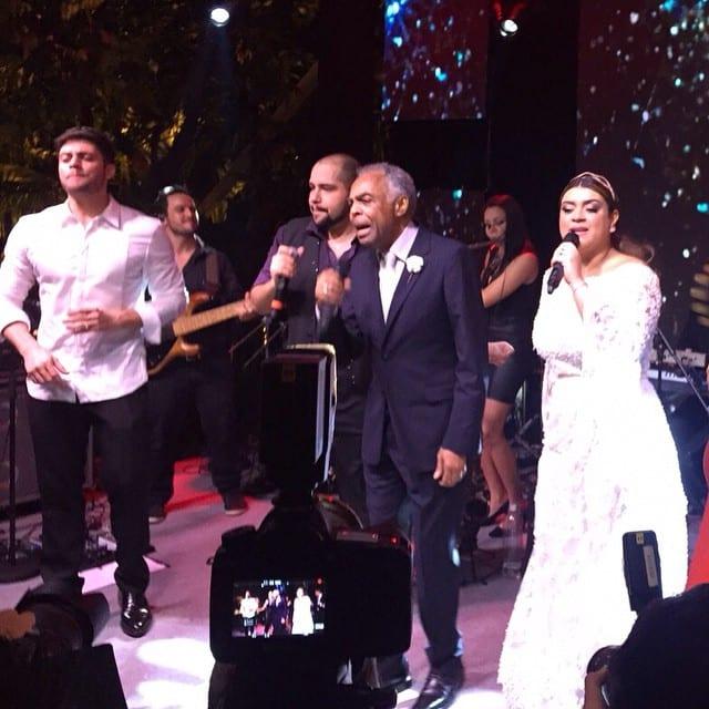 Gilberto Gil cantando no casamento de Preta Gil e Rodrigo Godoy.