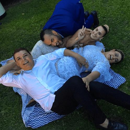 Fim da festa do casamento de Preta Gil e Rodrigo Godoy: convidados deitados no chão na grama.