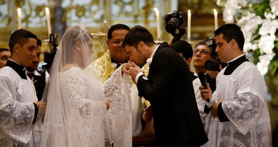 Noivo beijando mão da noiva no casamento de Preta Gil e Rodrigo Godoy.