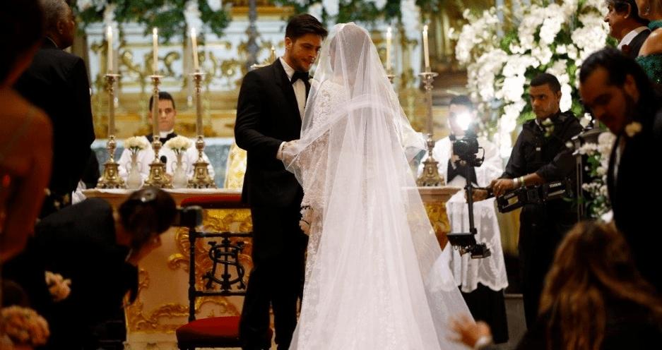 Noivos no altar no casamento de Preta Gil e Rodrigo Godoy.