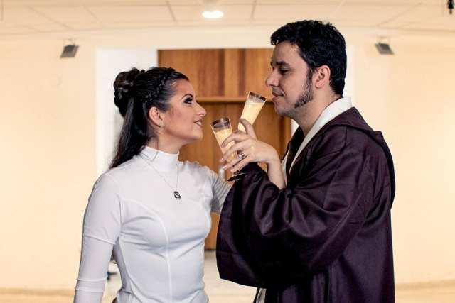 Casamento Star Wars na JediCon: brinde com noiva de princesa Leia e noivo jedi.