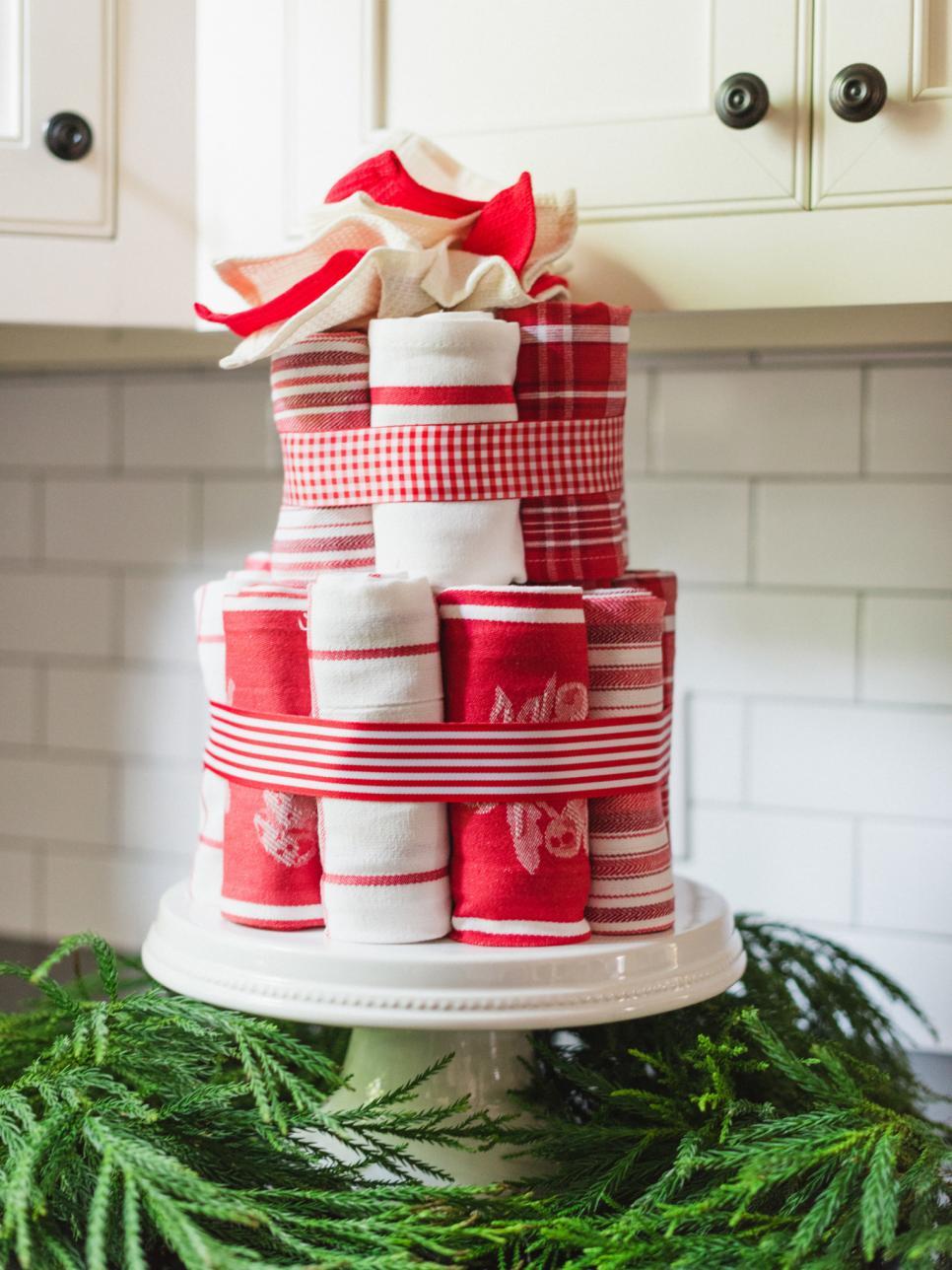 Bolo de pano de prato com detalhes em vermelho e branco.