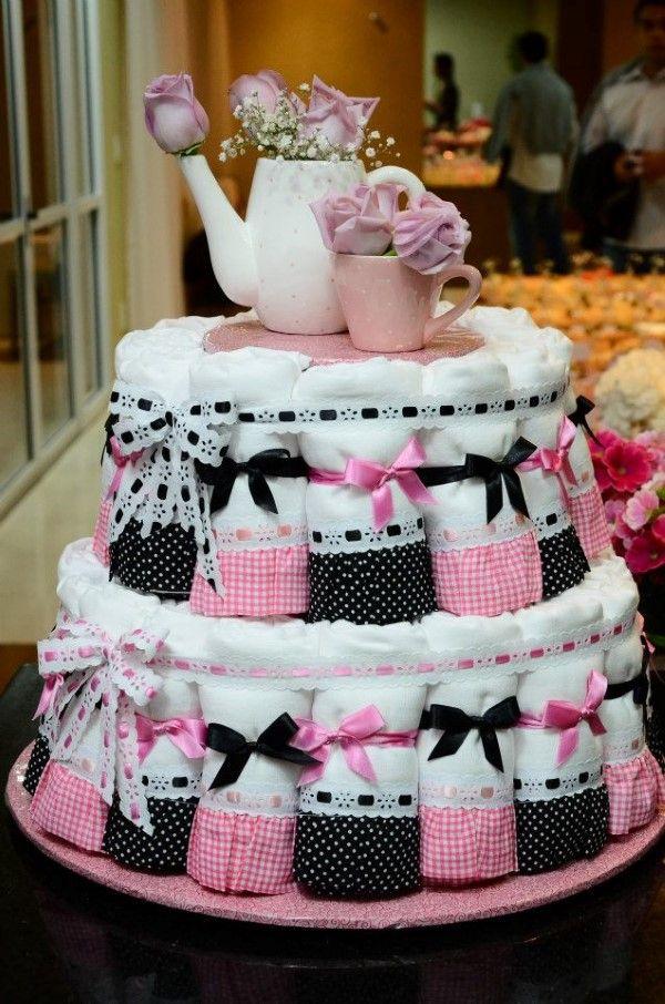 Bolo de pano de prato com detalhes em rosa e preto.