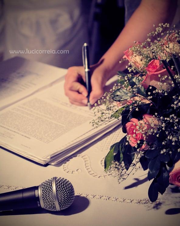 Noivo assina termo em casamento religioso com efeito civil. Foto: Luci Correia.