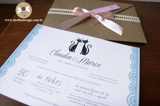 Convite de casamento Abelha Design: rústico com fita rosa e desenho de gatinhos.