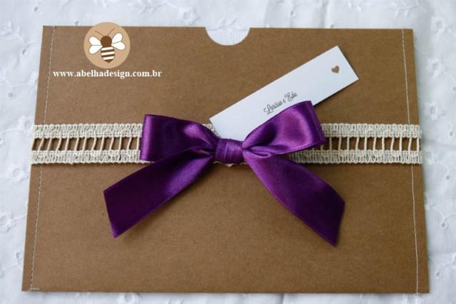 Convite de casamento Abelha Design: rústico com fita roxa.