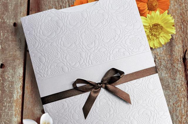 Convite de casamento com envelope em relevo floral e fita marrom. Da Dom Bosco.