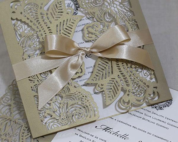 Convite de casamento chique de Eilá Nigri Designs com envelope vazado.