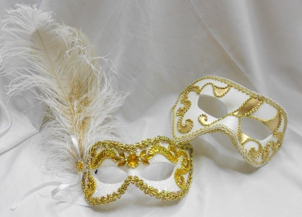 Máscaras venezianas luxo de carnaval para casal em branco e dourado.