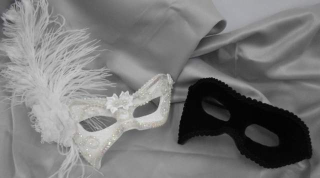 Máscaras venezianas luxo de carnaval para casal em branco e preto.