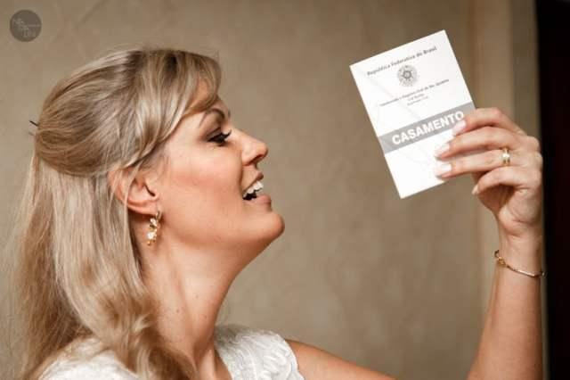 Noiva com certidão de casamento civil. Foto: Nadalin Fotografia.