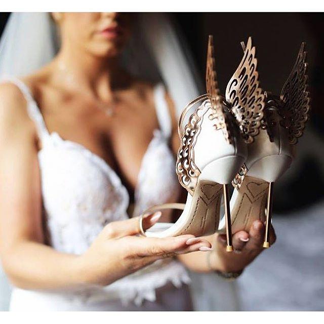 Calçado de noiva: sandália prateada ou dourada com detalhe de asas. Da estilista Sophia Webster.