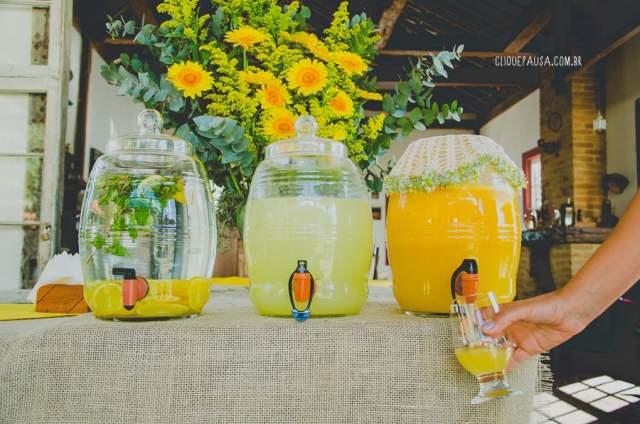 Suqueiras com suco de laranja e limonada em casamento no campo. Foto: Clique e Pausa Fotografia.