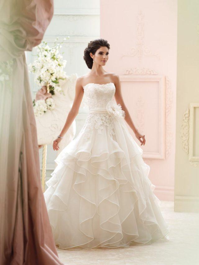 Vestido de noiva tomara-que-caia corte princesa com saia em camadas e flor na cintura. Da Tutti Sposa.