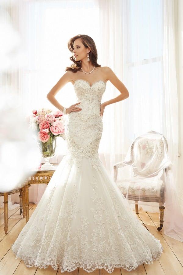 Vestido de noiva tomara-que-caia em renda francesa com pedrarias. Da Tutti Sposa.