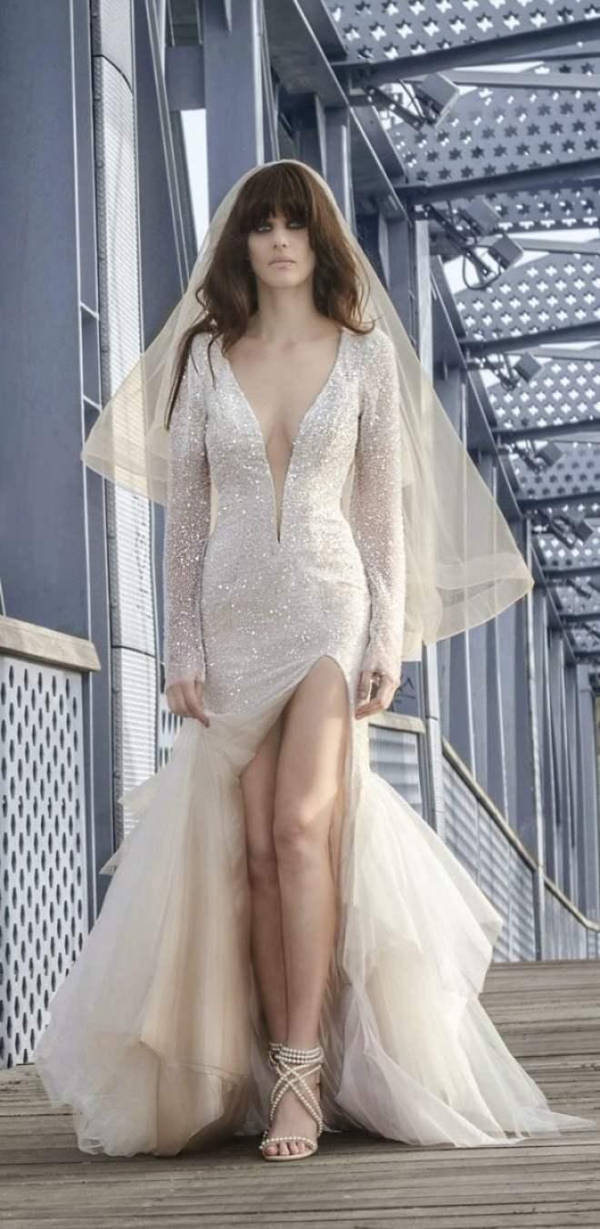 Vestido de noiva com brilho e fenda. Foto: Zahavit Tshuba.