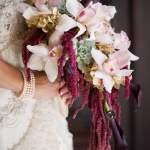Buquê de noiva em cascata de orquídeas. De: Beautiful Blooms. Foto: MK Photography.