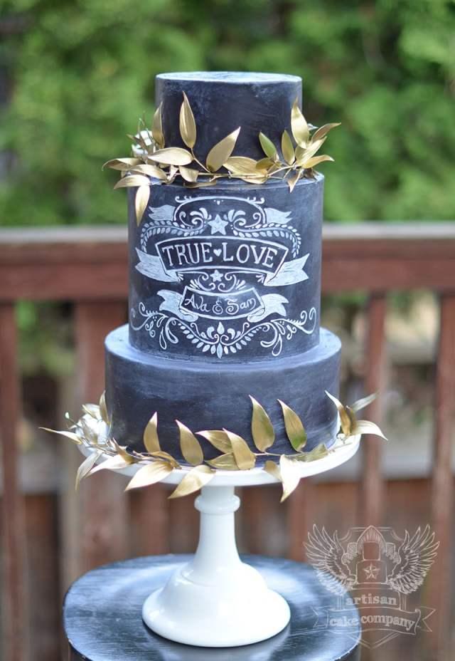 Chalkboard cake com nome dos noivos e enfeite de folhas douradas. Bolo: Artisan Cake Company. Foto: Hazelwood Photo.
